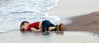 Aylan Kurdi, Foto (c) Nilufer Demir (cropped)